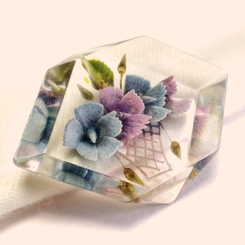 Carved lucite bloemenmand broche 40s