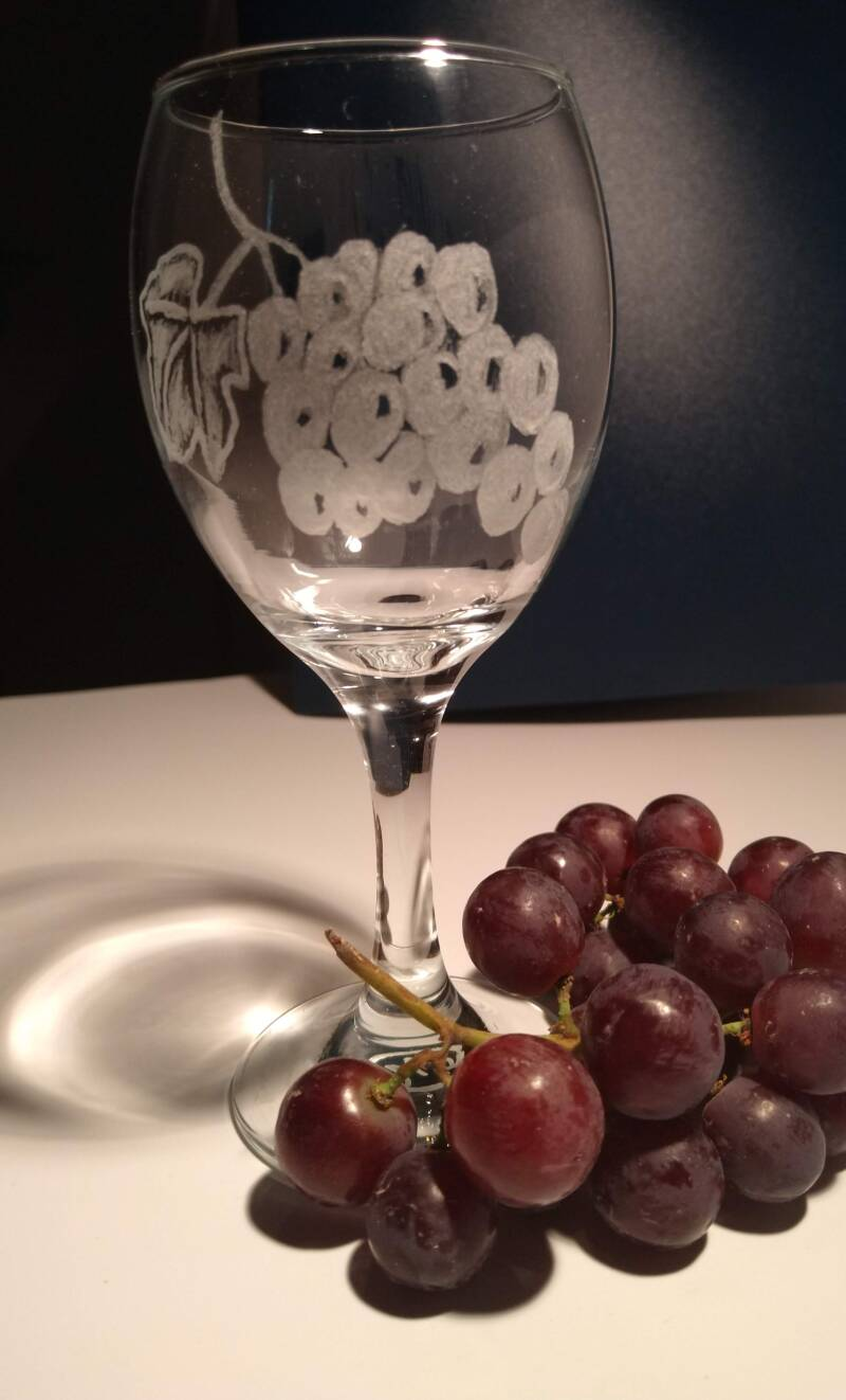 Wijnglas met druiventros - Wineglass with bunch of grapes