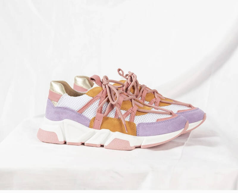 Multicolor sneaker in lila, roze, oranje en wit.