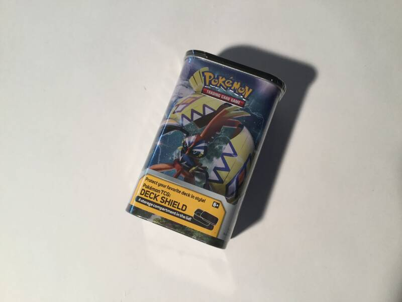 Pokemon • Deck shield tin • 2 boosters • 45 energy cards