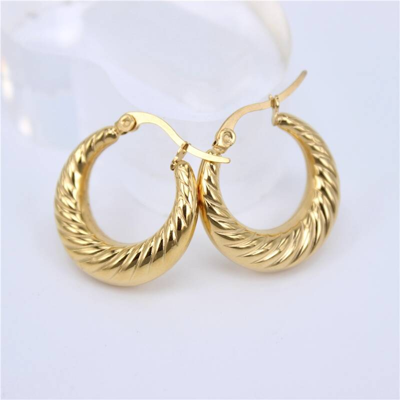 Hoop earrings | baguette pattern gold