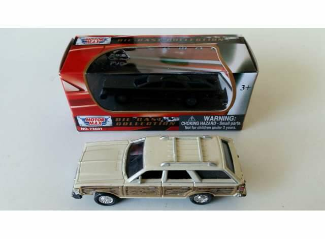 1979 Chrysler Town & Country Wagon, cream/wood