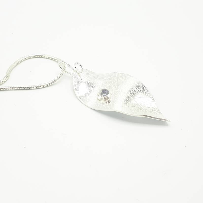 Big leave with raindrop pendant