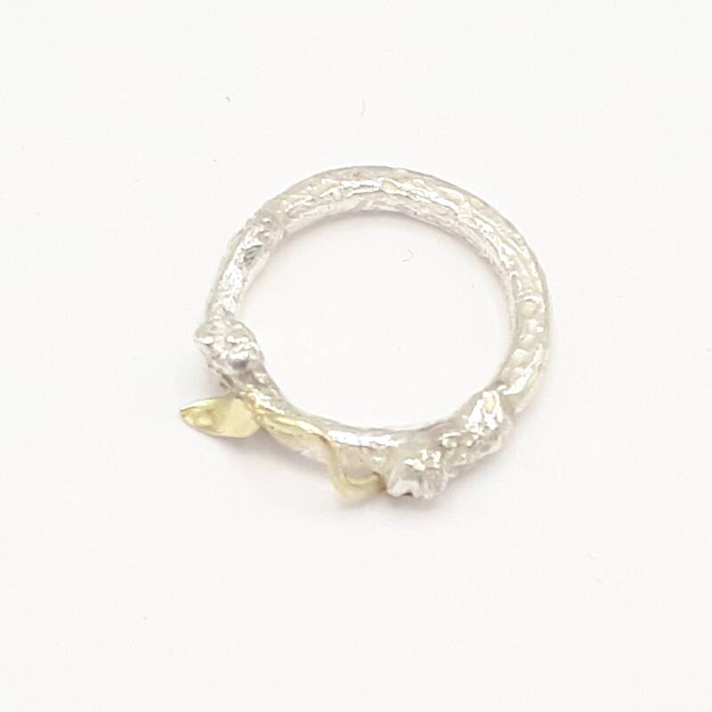 Ring twigs with golden leaf