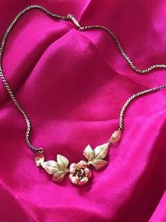 1940s Pretty Necklace with Two Colour Gold Tone Rose Design