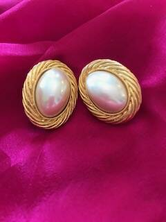 1980s Trifari gold tone with large oval pearl earrings