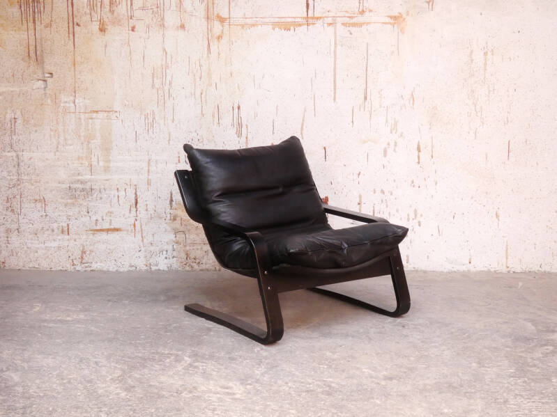 scandianavian low-back lounge chair in leather