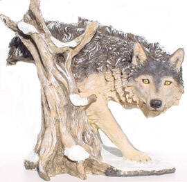 DHB68 hond Wolf achter boomstronk polyester résine 75 CM