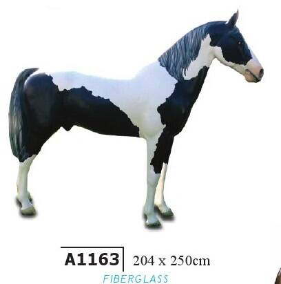 DHD A1163 Paard staand polyester résine 204 x 260 cm
