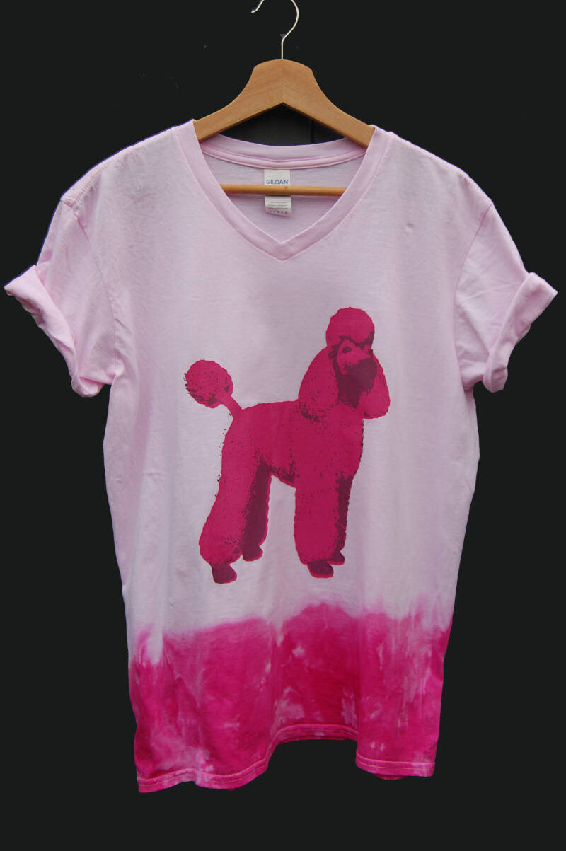 T-shirt -Power Poedel- Maat L V-neck. Magenta Tie Dye. Mighty Man