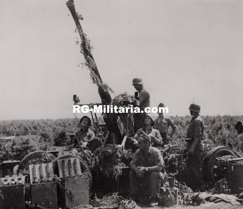 Press photo of a Hungarian flak with soldiers 1944