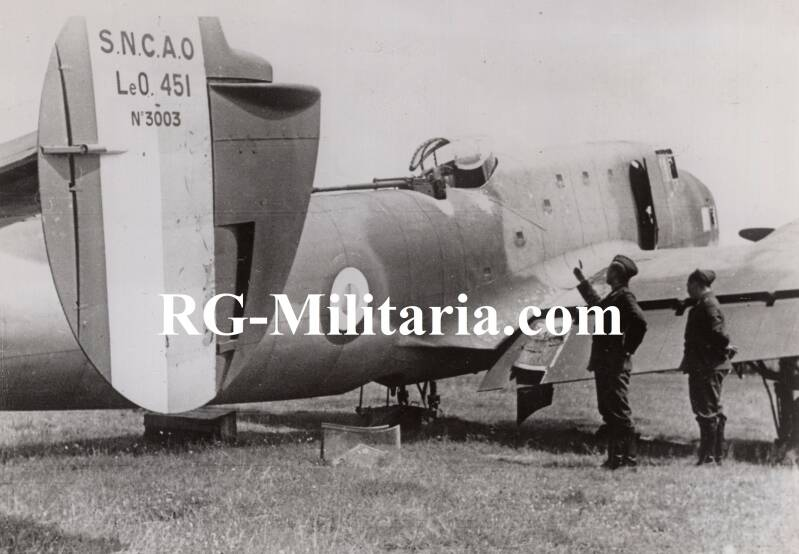 Press photo - Luftwaffe soldiers with a captured airplane (1940)