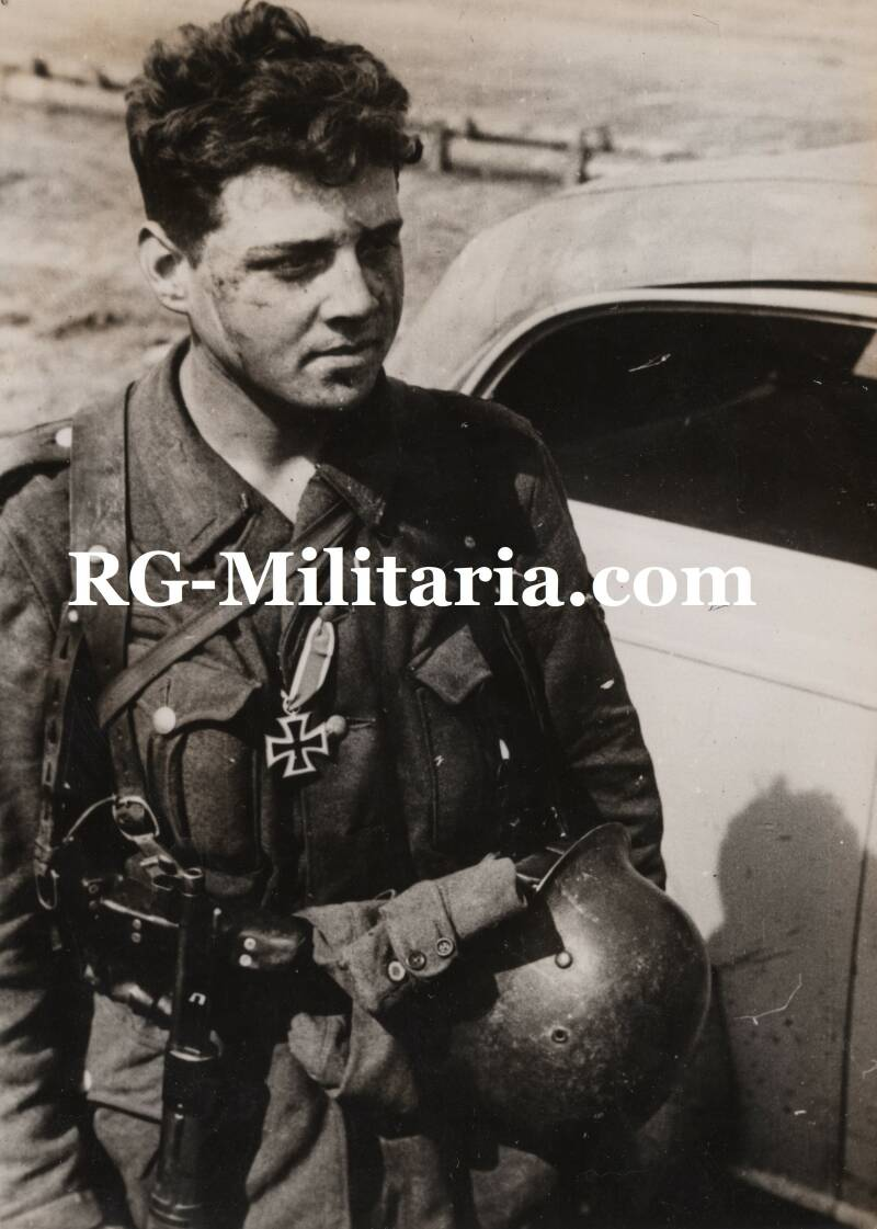 Press photo - German soldier with Iron Cross (1943)