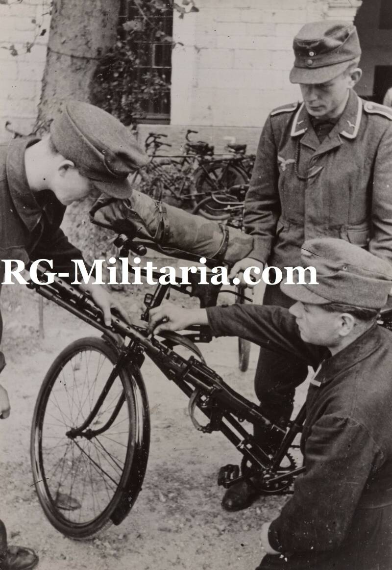 Press photo - Luftwaffe feld division with MG34 on a bike (1944)