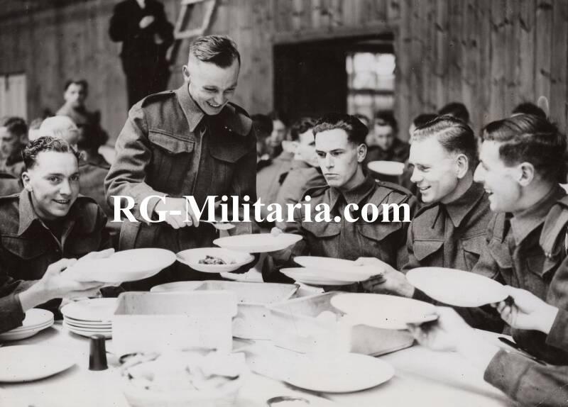 Press photo - Dishing out the Militiamen's sunday dinner 16th of July 1939