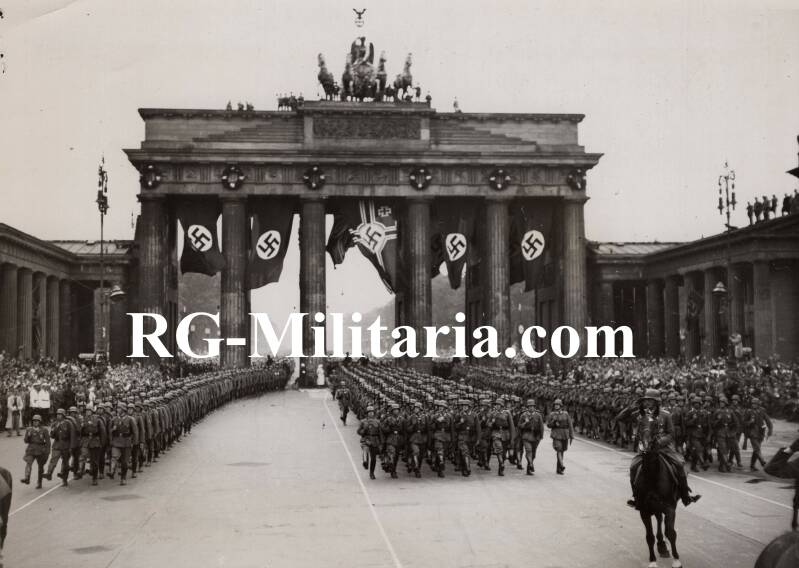 Press photo - Soldiers marching at the Brandenburgertor, Berlin