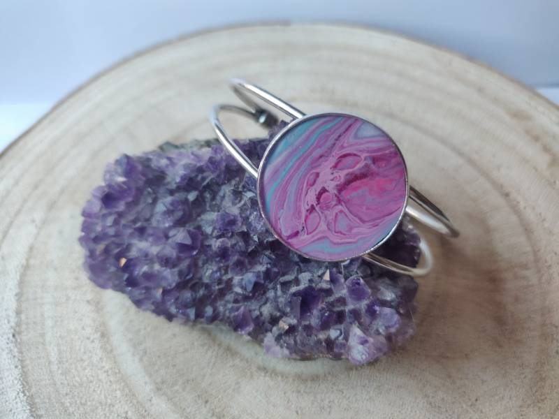 Zilveren cuff armband met roze blauwe Acrylic Pouring cabochon