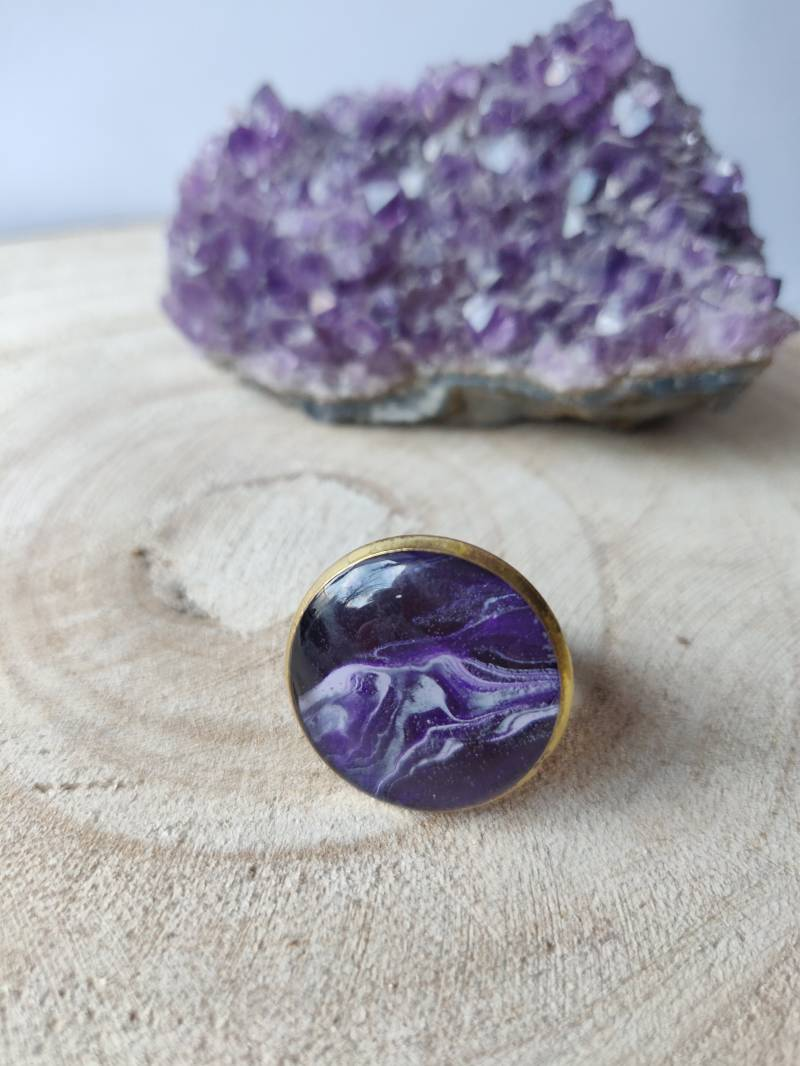 Gouden ring met donkerpaarse Acrylic Pouring cabochon