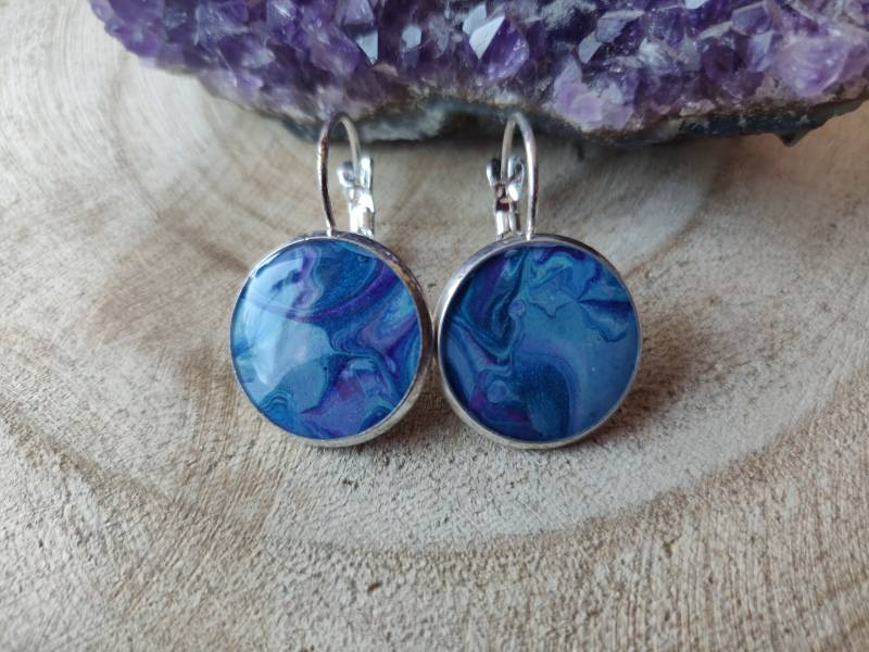 Silver plated klaphaakjes met blauwe Acrylic Pouring cabochons