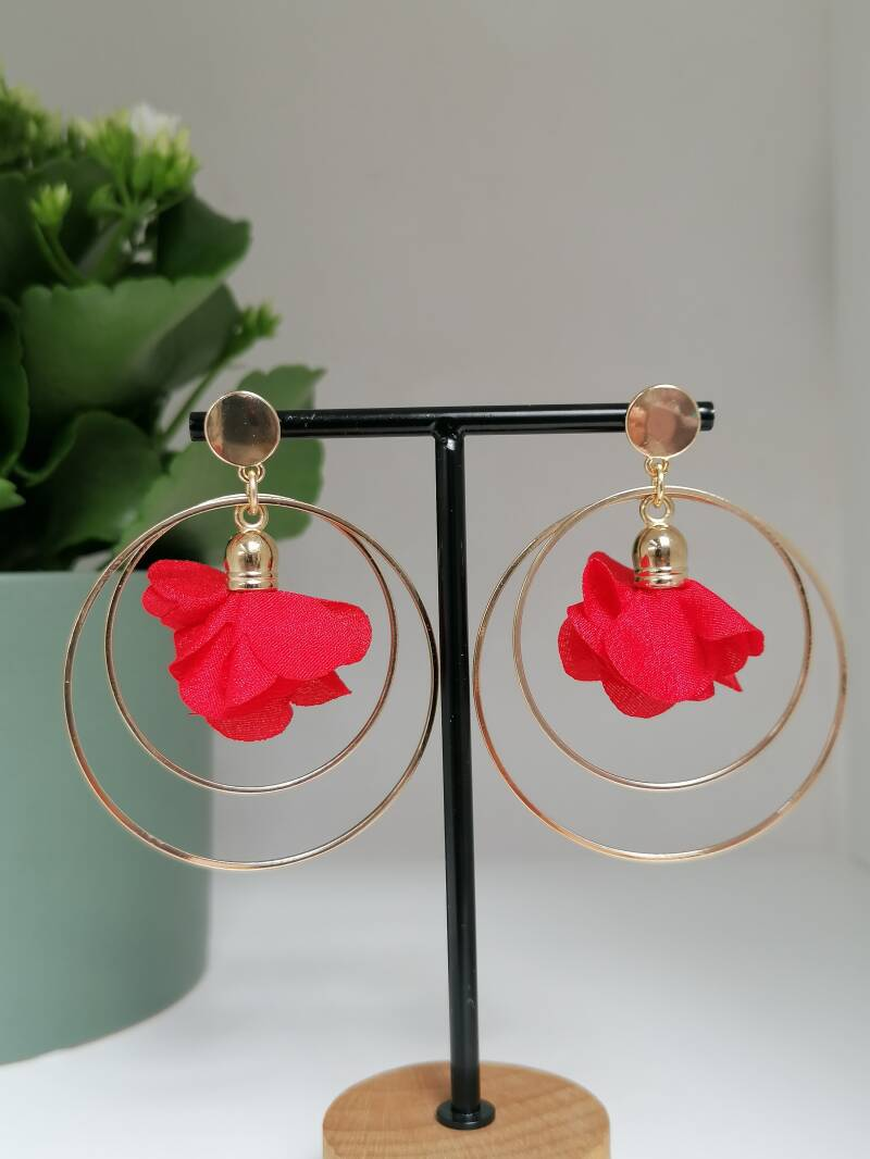 Double golden rings with Red flower