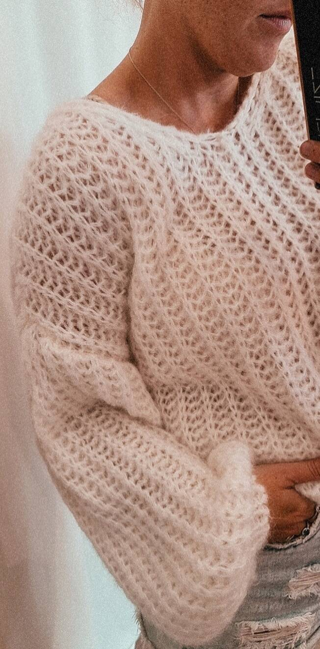 Soft knitted white pull