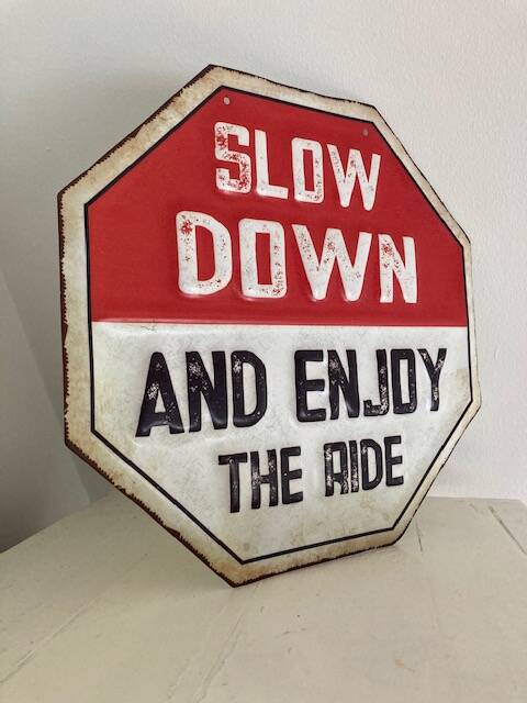 """metalen bord """"Slow down and enjoy the right"""""""