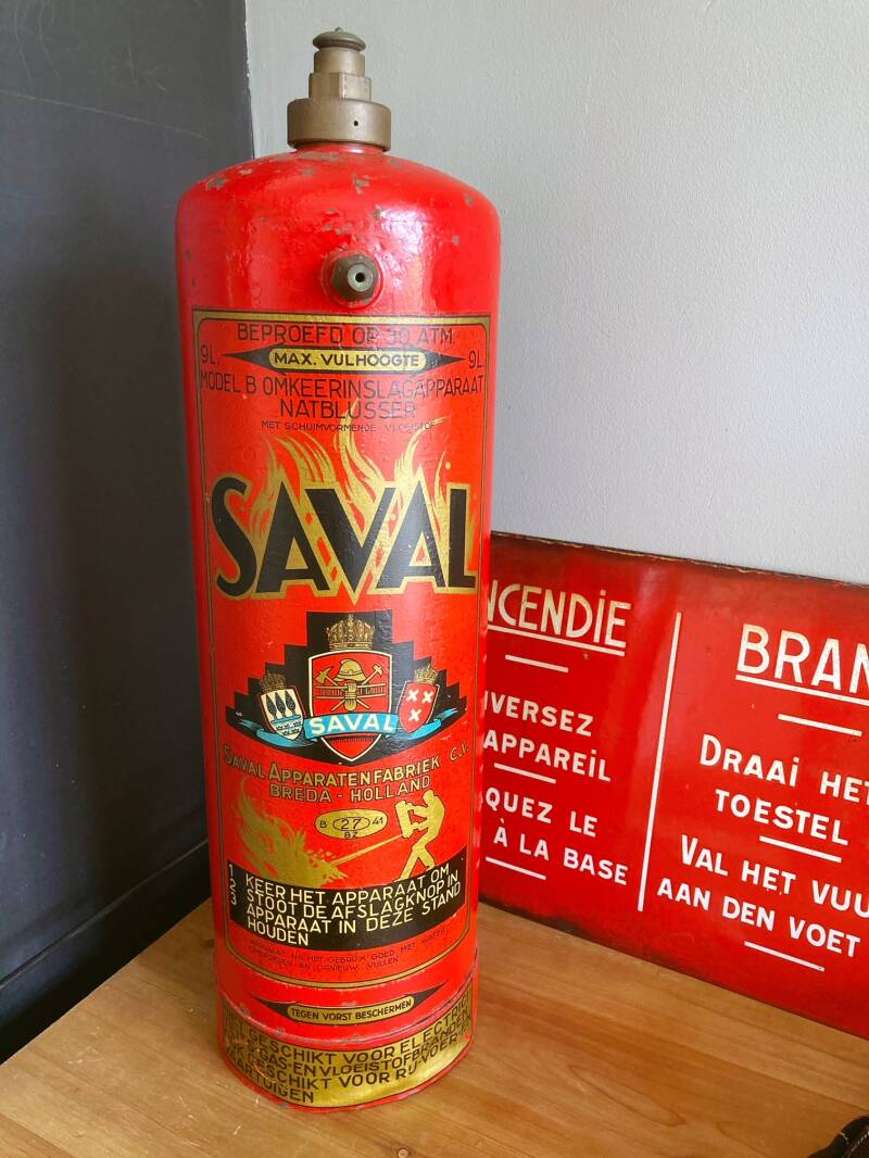 Oude Saval brandblusser met emaille bord